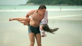 Счастливые maried взрослые пары имея потеху и играя на море акции видеоматериалы