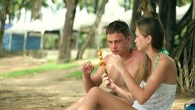 Счастливые maried взрослые пары имея потеху и играя на море видеоматериал