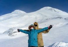 Счастливые snowboarders пар в горах Стоковые Фото