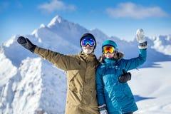 Счастливые snowboarders пар в горах Стоковое Фото
