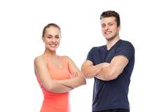 Счастливые sportive человек и женщина стоковые изображения