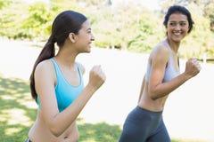 Счастливые sporty женщины jogging Стоковые Фото