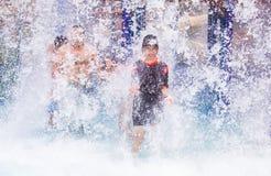 Счастливые torists наслаждаясь холодной водой брызгают на их на аквапарк Стоковое Изображение