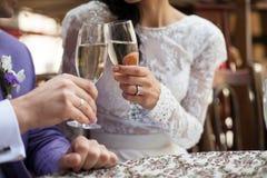 Счастливые valentynes новобрачных выпивая шампанское в resturant closeu стоковые фото