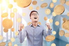 Счастливый азиатский бизнесмен под дождем bitcoin, офисом Стоковое Изображение