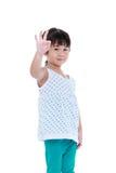 Счастливый азиатский ребенок показывая одобренный жест знака Изолировано на белизне Стоковое Изображение