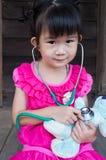 Счастливый азиатский ребенок при наушники, изолированные на белой предпосылке Стоковое Изображение RF