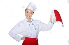 Счастливый азиатский шеф-повар с крышкой рождества в снеге Стоковая Фотография RF
