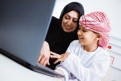Счастливый арабский ребенок дома с его матерью Стоковые Фото