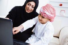 Счастливый арабский ребенок дома с его матерью Стоковые Фотографии RF