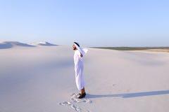 Счастливый арабский человек идет в середину белой пустыни и наслаждается жизнью o Стоковые Фото