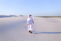 Счастливый арабский человек идет в середину белой пустыни и наслаждается жизнью o Стоковые Изображения