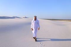Счастливый арабский человек идет в середину белой пустыни и наслаждается жизнью o Стоковое Изображение
