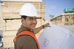Счастливый архитектор с светокопией на месте Стоковые Изображения RF