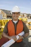Счастливый архитектор с светокопией на месте Стоковые Фото