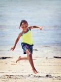 Счастливый африканский ребенок на пляже Стоковые Фотографии RF