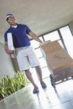 Счастливый Афро-американский работник доставляющий покупки на дом Стоковые Изображения RF
