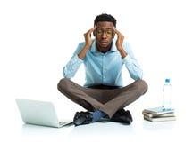 Счастливый Афро-американский студент колледжа в стрессе сидя с Ла Стоковая Фотография
