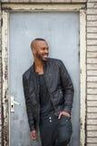 Счастливый Афро-американский человек усмехаясь outdoors и смотря прочь стоковое фото rf