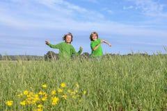 Счастливый бежать детей, играя, outdoors стоковое фото rf