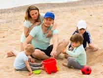 Счастливый берег семьи из пяти человек на море Стоковая Фотография RF