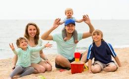 Счастливый берег семьи из пяти человек на море Стоковые Изображения