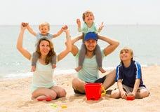 Счастливый берег семьи из пяти человек на море Стоковое Изображение