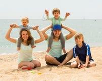 Счастливый берег семьи из пяти человек на море Стоковая Фотография