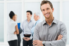 Счастливый бизнесмен в офисе Стоковые Изображения RF