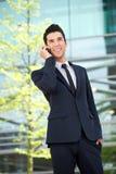 Счастливый бизнесмен говоря на мобильном телефоне outdoors Стоковое Изображение RF