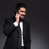 Счастливый бизнесмен говоря на телефоне, усмехаясь стоковые фотографии rf