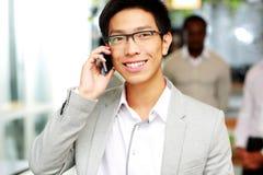 Счастливый бизнесмен говоря на smartphone Стоковое Фото