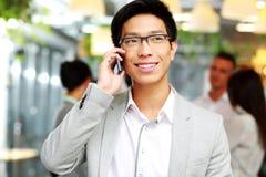 Счастливый бизнесмен говоря на smartphone Стоковые Фотографии RF