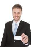 Счастливый бизнесмен держа карточку посещения Стоковое Фото
