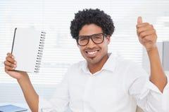 Счастливый бизнесмен показывая блокнот и большие пальцы руки вверх Стоковые Изображения RF