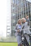 Счастливый бизнесмен показывая что-то к коммерсантке в городе Стоковая Фотография RF