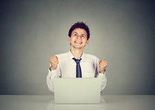 Счастливый бизнесмен празднуя успех перед компьтер-книжкой Стоковые Изображения RF