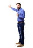 Счастливый бизнесмен представляя и показывая с космосом экземпляра для вашего текста изолированного на белизне стоковая фотография
