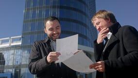 Счастливый бизнесмен с документацией из-за акции видеоматериалы
