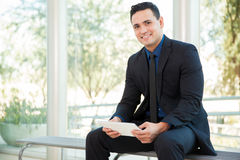 Счастливый бизнесмен с таблеткой Стоковое фото RF