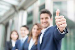 Счастливый бизнесмен усмехается большой палец руки вверх Стоковое Изображение RF