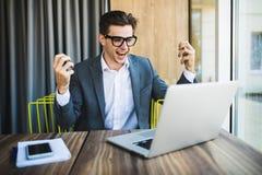 Счастливый бизнесмен achiving его цель и показывая кулаки Эмоции победы Стоковая Фотография