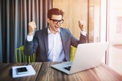 Счастливый бизнесмен achiving его цель и показывая кулаки Эмоции победы Стоковое Изображение