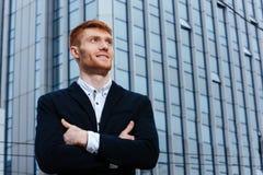 Счастливый бизнесмен redhead при сложенные оружия Стоковое Изображение