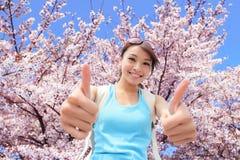 Счастливый большой палец руки выставки путешественника женщины вверх Стоковое Изображение RF