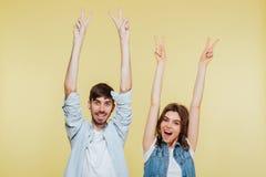 Счастливый брат и сестра показывая жест мира Стоковые Фото