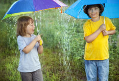 Счастливый брат с зонтиком outdoors стоковое изображение rf