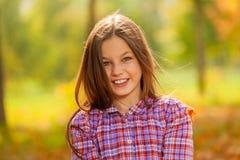 Счастливый близкий портрет девушки в парке осени Стоковое Изображение RF