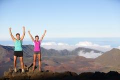 Счастливый веселя выигрывая успех outdoors соединяет Стоковая Фотография