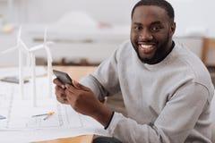 Счастливый взрослый человек смотря вас Стоковое фото RF